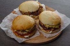 Plan rapproché des hamburgers faits à la maison sur le fond en bois Image stock
