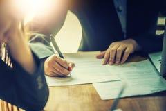 Plan rapproché des hommes d'affaires sur la table dans le temps de réunion Photographie stock