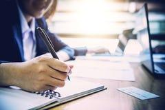 Plan rapproché des hommes d'affaires sur la table dans le temps de réunion Photos stock