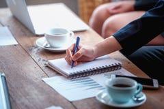 Plan rapproché des hommes d'affaires sur la table dans le temps de réunion Photo stock