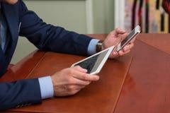 Plan rapproché des hommes d'affaires utilisant le Touchpad Photographie stock
