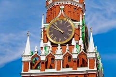 Plan rapproché des horloges sur la tour de Spasskaya à Moscou, Russie photos libres de droits