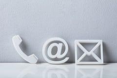 Plan rapproché des icônes d'un téléphone, d'email et de courrier Photo stock
