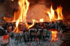 Plan rapproché des identifiez-vous brûlants la cheminée photo stock