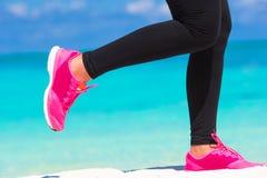 Plan rapproché des jambes femelles dans des espadrilles fonctionnant dessus Photographie stock