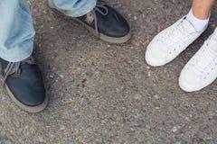 Plan rapproché des jambes masculines et femelles dans la vue supérieure de chaussures de mode Photo stock