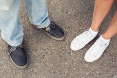 Plan rapproché des jambes masculines et femelles pendant une date Image libre de droits