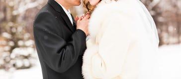 Plan rapproché des jeunes mariés pendant l'hiver photos libres de droits