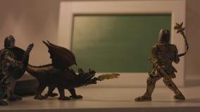 Plan rapproché des jouets médiévaux Scènes médiévales de jouet avec des figures des chevaliers Scène de combat avec deux chevalie clips vidéos