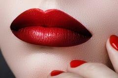Plan rapproché des lèvres de la femme avec le maquillage et la manucure de mode beau Images stock