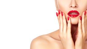 Plan rapproché des lèvres du ` s de femme avec le maquillage et la manucure de rose de mode sur des ongles Belles pleines lèvres  photographie stock libre de droits