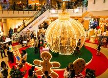 Plan rapproché des lumières d'or de Noël de feu clignotant et de thème de Noël Photographie stock libre de droits