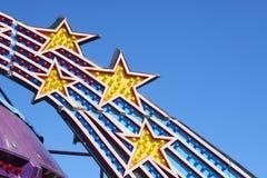 Plan rapproché des lumières de conduite de parc d'attractions Photos stock