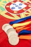 Plan rapproché des médailles d'or sur le drapeau portugais Photographie stock