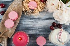 Plan rapproché des macarons roses sur le fond bleu Images libres de droits