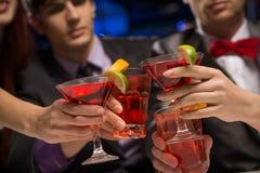 Plan rapproché des mains avec des verres Photo stock