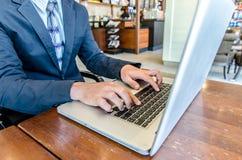 Plan rapproché des mains d'homme d'affaires sur le clavier d'ordinateur portable Photos stock