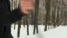 Plan rapproché des mains d'un jeune homme actif, un combattant des arts martiaux, dans des vêtements noirs, exécutant la techniqu banque de vidéos