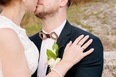 Plan rapproché des mains dans les étreintes des nouveaux mariés le jour du mariage Photographie stock libre de droits