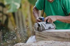 Plan rapproché des mains de charpentiers Image stock