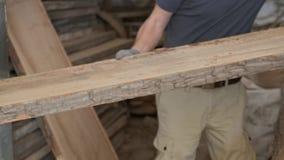 Plan rapproché des mains de charpentiers avec du bois de planche à l'atelier de travail du bois de menuiserie clips vidéos