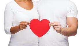 Plan rapproché des mains de couples avec le coeur Photographie stock libre de droits