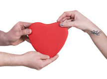 Plan rapproché des mains de couples avec le grand coeur rouge Photos libres de droits