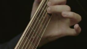 Plan rapproché des mains de l'homme jouant la guitare acoustique banque de vidéos