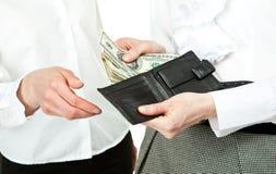 Plan rapproché des mains de la femme payant l'argent Images stock