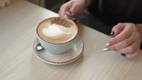 Plan rapproché des mains de la fille buvant du café et détendant en café avec l'espace de copie banque de vidéos