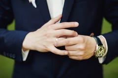 Plan rapproché des mains de mâle d'élégance homme habillé dans le costume et le wh bleus photos libres de droits
