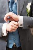 Plan rapproché des mains de marié d'élégance Images stock
