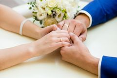 Plan rapproché des mains de mariage avec des anneaux Photos libres de droits
