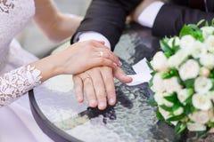 Plan rapproché des mains de mariage avec des anneaux Photo libre de droits
