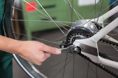 Plan rapproché des mains du mécanicien de bicyclette au travail Photographie stock