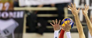 Plan rapproché des mains et de la boule pendant le match de volley images stock