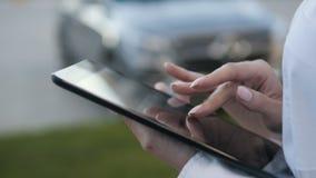 Plan rapproché des mains femelles dactylographiant sur la Tablette de Digital d'écran tactile dehors Photos stock