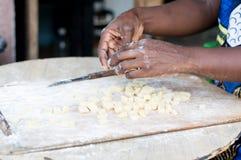 Plan rapproché des mains femelles malaxant la farine photographie stock
