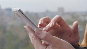 Plan rapproché des mains femelles utilisant Smartphone clips vidéos