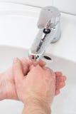 Plan rapproché des mains humaines étant lavées Photographie stock libre de droits