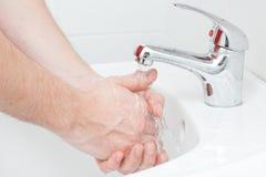 Plan rapproché des mains humaines étant lavées images stock
