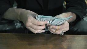 Plan rapproché des mains L'homme trouve des dollars Affaires criminelles banque de vidéos
