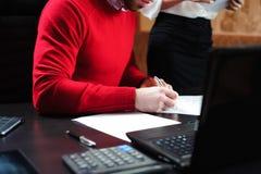 Plan rapproché des mains masculines avec le stylo au-dessus du document photo libre de droits