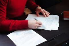 Plan rapproché des mains masculines avec le stylo au-dessus du document images stock
