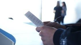 Plan rapproché des mains masculines avec le stylo au-dessus du document L'homme signe le plan rapproché de contrat image libre de droits