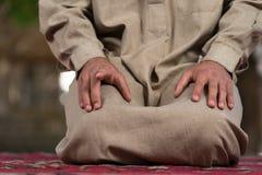 Plan rapproché des mains masculines priant dans la mosquée image libre de droits