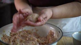 Plan rapproché des mains supérieures de femme faisant des boules à partir de la viande hachée banque de vidéos