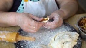 Plan rapproché des mains supérieures de femme faisant des boulettes avec le chou rôti banque de vidéos