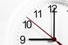 Plan rapproché des mains sur le visage d'horloge foyer sensible Images libres de droits