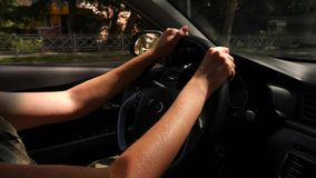 Plan rapproché des mains sur le volant d'une voiture Lueur de Sun 4k, mouvement lent clips vidéos